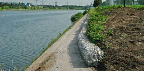 Sentier de pêche le long du mur de berge